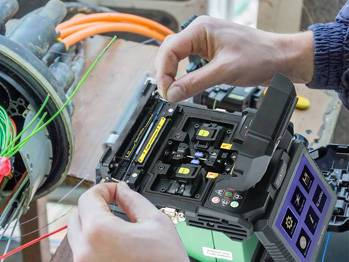How to splice the optical fiber cables by using a fusion splicer?